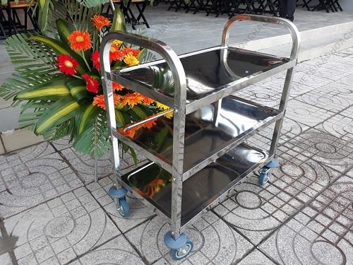 xe đẩy inox 3 tầng trong nhà hàng